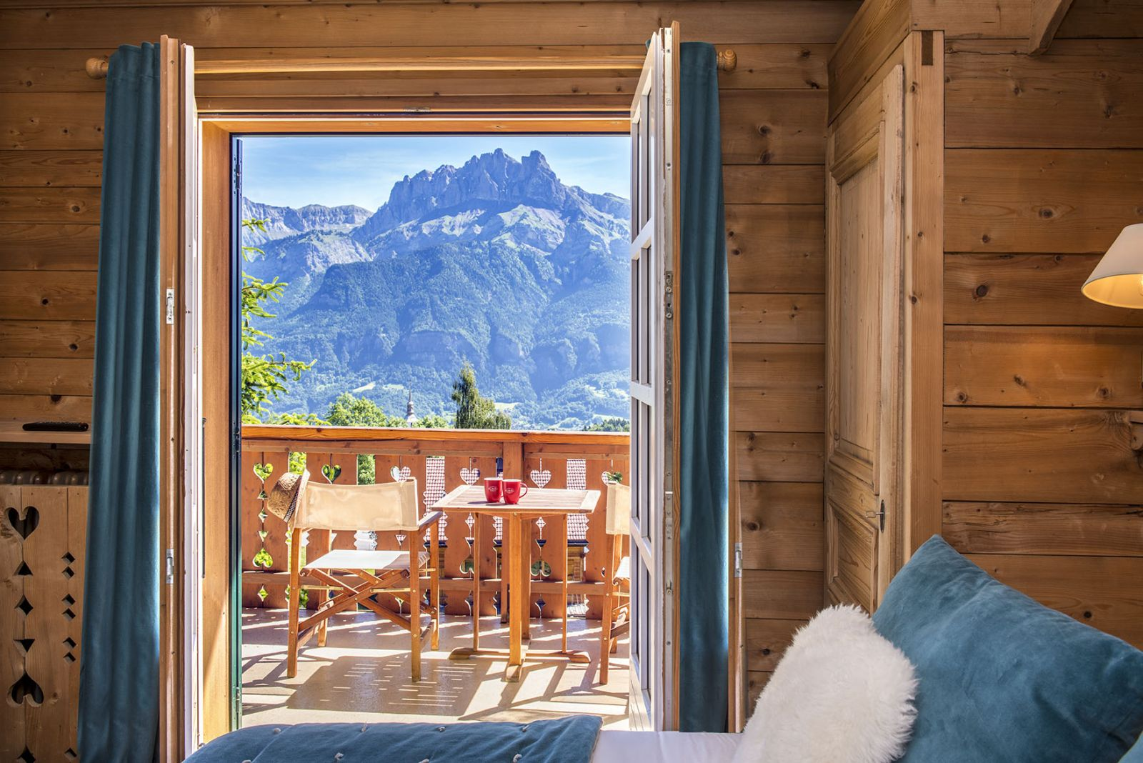 481/Photos/Living_Hotels/Les_Roches/hotel-les-roches-chambre-deluxe-vue-mont-blanc-b.jpg